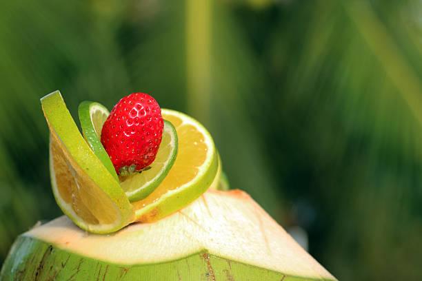 Erdbeere und limeas Dekoration auf Kokosnuss Cocktail – Foto