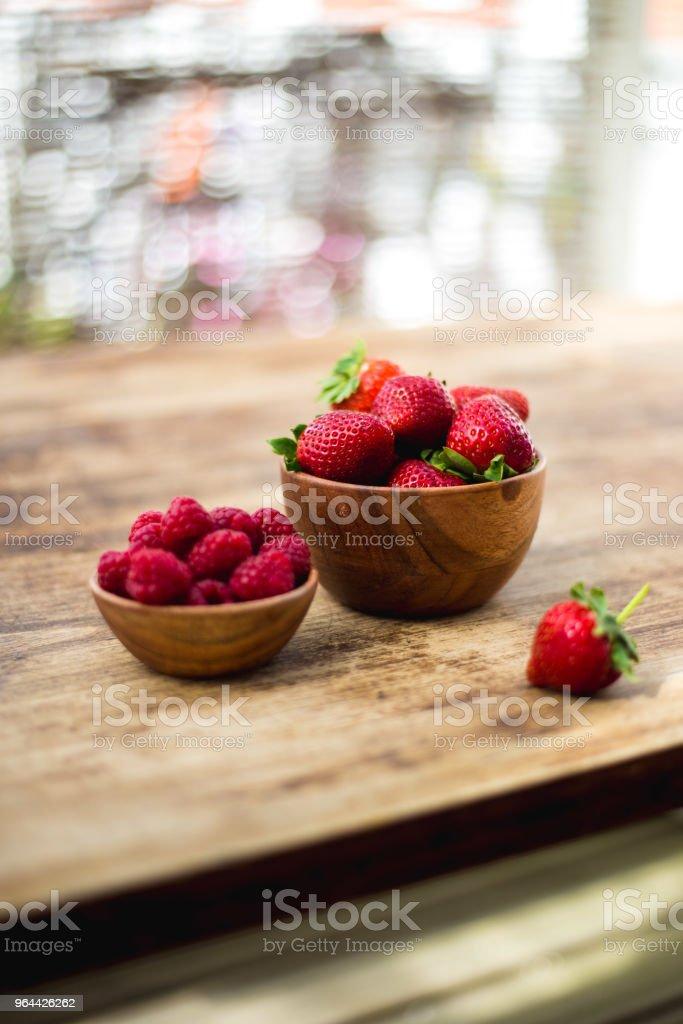 morango e rapsberry. Conceito de verão - Foto de stock de Alimentação Saudável royalty-free