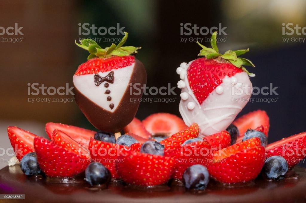 Hochzeitstorte Herz Erdbeeren Bilder Und Stockfotos Istock