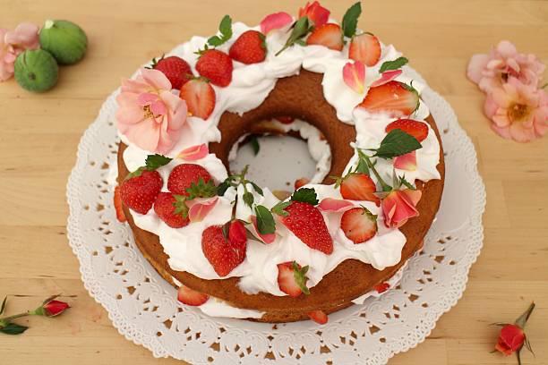 strawberry cake with fresh cream and rose petals - rosentorte stock-fotos und bilder