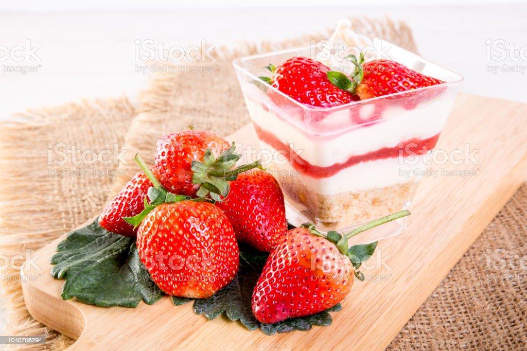 Copa de tarta de queso fresa - foto de stock
