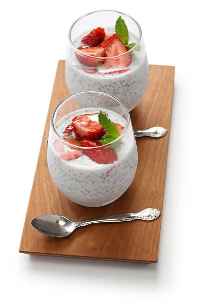 strawberry chia seed pudding - chia pudding kokosmilch stock-fotos und bilder
