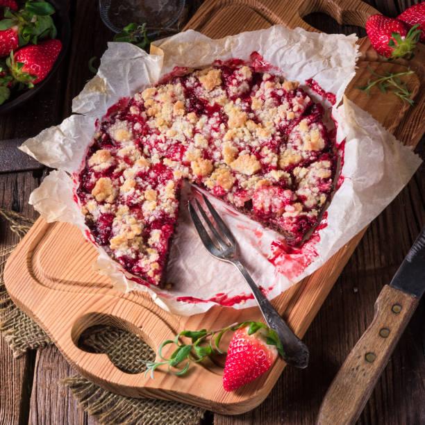 erdbeer-schokoladen-torte - crumble deutsch stock-fotos und bilder