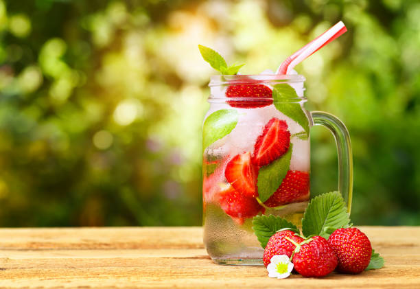 strawberry cocktail in mason jar - rustikale einweckgläser stock-fotos und bilder