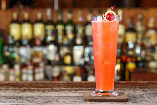 erdbeer-cocktail mit gin, kirsch - plants of zombies stock-fotos und bilder