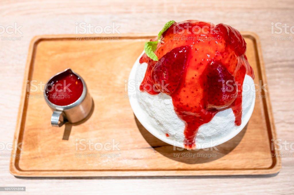 딸기 쿨 디저트 Bingsu, 한국어-디저트-빙-그래서 스톡 사진