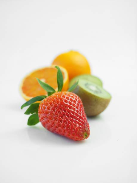 frutas de fresa cítricos - vitamina a fotografías e imágenes de stock