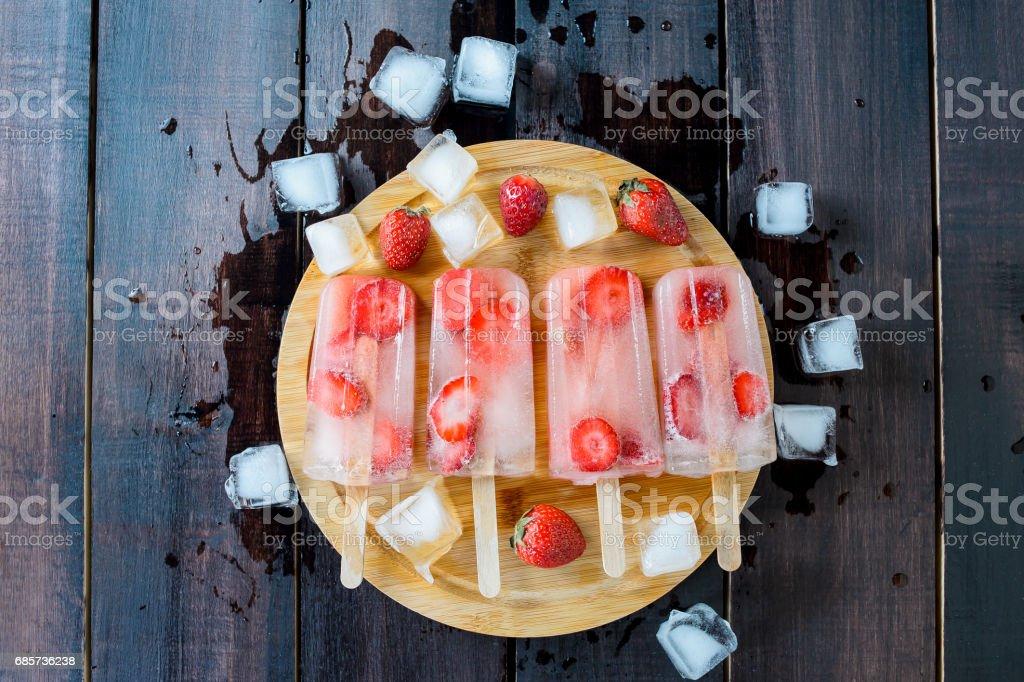 Strawberry ice Cream Eis am Stiel auf Holz Hintergrund. Ansicht von oben Lizenzfreies stock-foto