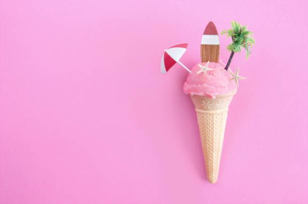 strawberry icecream cone - summer background zdjęcia i obrazy z banku zdjęć