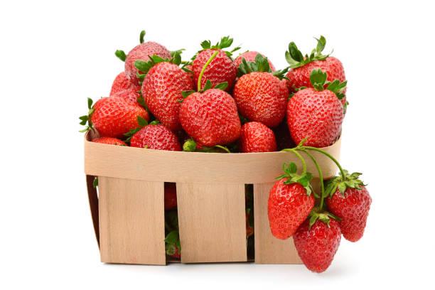 Erdbeere im Korb isoliert auf weißem Hintergrund – Foto