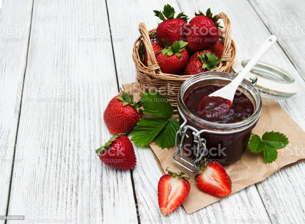 Strawberry jam and fresh strawberries foto de stock royalty-free
