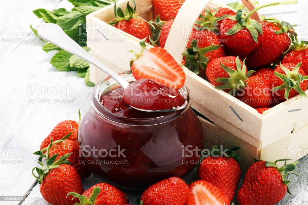 Erdbeer-Marmelade in ein Glas und Fresah Erdbeeren. - Lizenzfrei Beere - Pflanzenbestandteile Stock-Foto