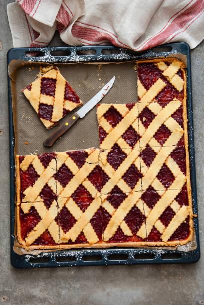 erdbeer-marmelade-gitter-torte - crostata stock-fotos und bilder