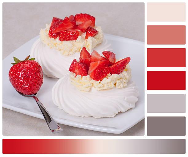клубничный meringues десерт павловой - rbg стоковые фото и изображения