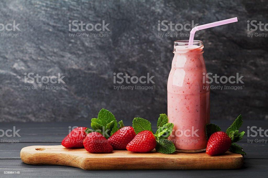 Erdbeermilchshake, einen Cocktail oder einen Smoothie mit Stroh, Text Textfreiraum – Foto