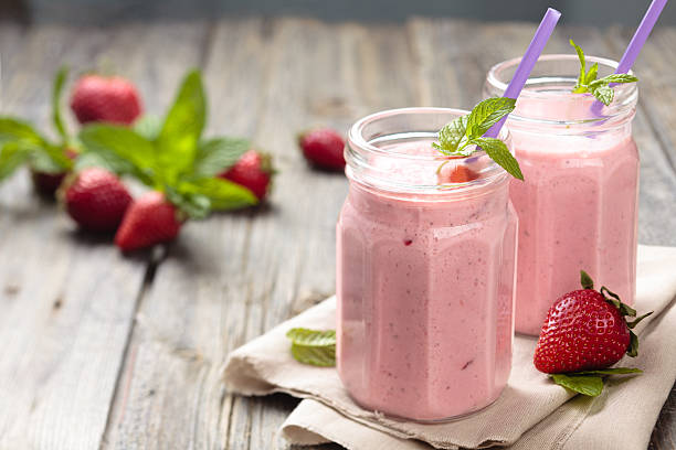 strawberry milkshake. - milkshake stockfoto's en -beelden