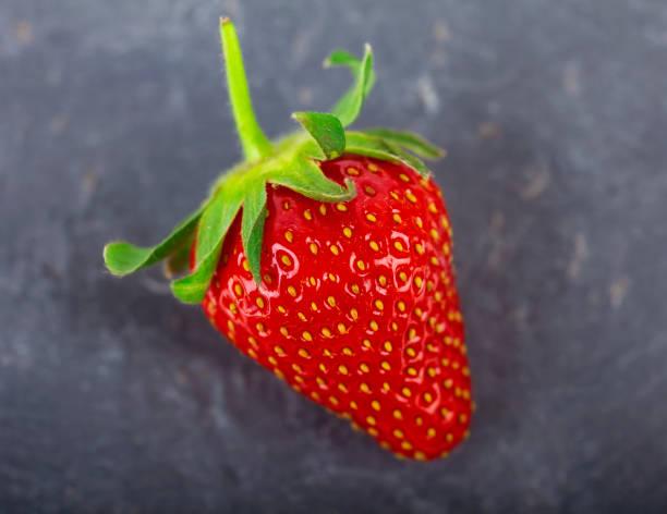Erdbeere auf Stein – Foto