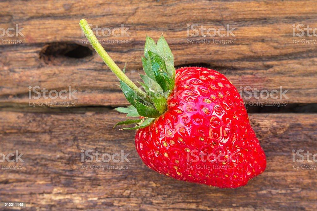 Erdbeere auf hölzernen Hintergrund – Foto