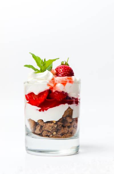 erdbeer-parfait für ein gesundes frühstück - dessert mit quark stock-fotos und bilder