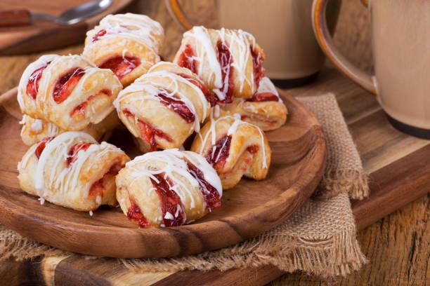 aardbeien gebak snoep - deeggerechten stockfoto's en -beelden