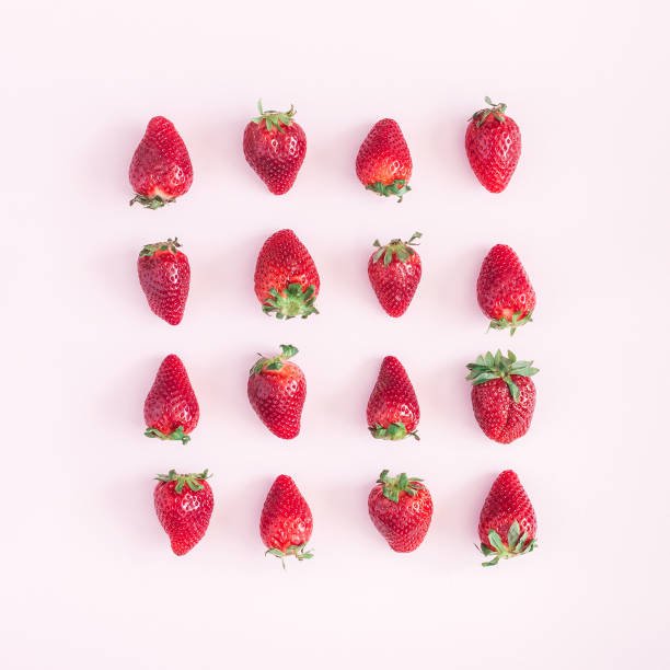 strawberry pattern on pink background. flat lay, top view, square - fragole foto e immagini stock