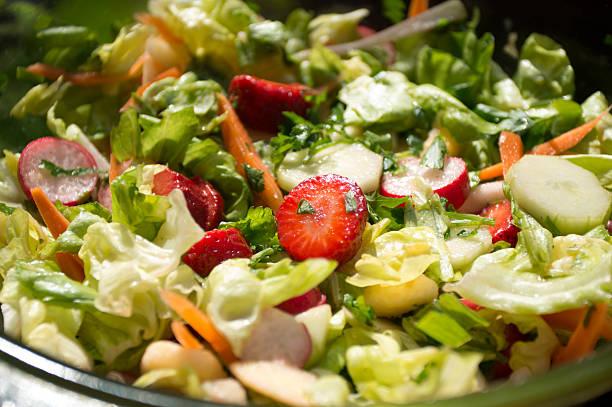 erdbeer-salat - spieltag vorspeisen stock-fotos und bilder