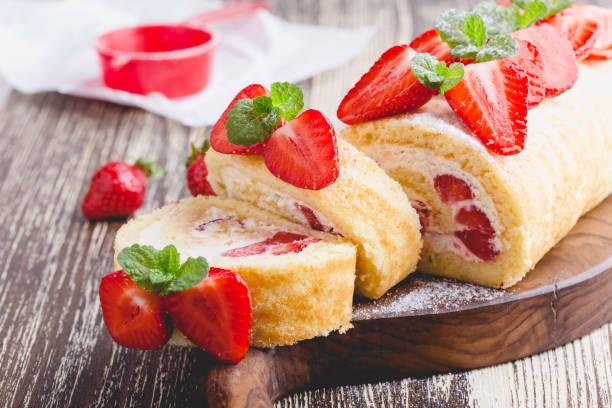 Erdbeer-Kuchen mit Frischkäse Schlagsahne Sahne Rollen – Foto