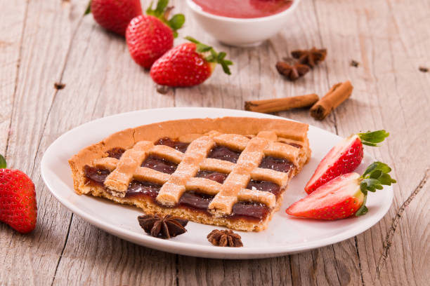 erdbeer-tarte. - crostata stock-fotos und bilder