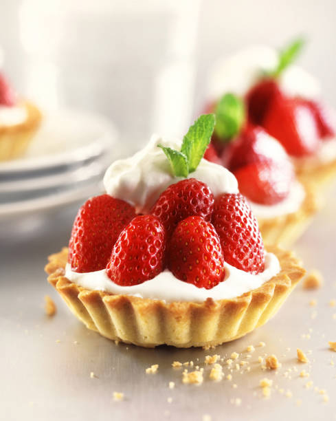 strawberry tarts with custard - pudim imagens e fotografias de stock