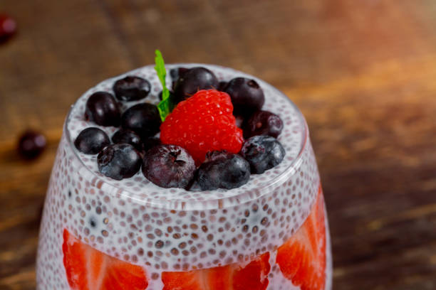 erdbeere mit frischen beerenfrüchten marmelade mit chia-samen - chia pudding kokosmilch stock-fotos und bilder