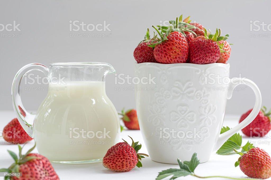 Fresa con Jarra de leche aislado sobre blanco foto de stock libre de derechos