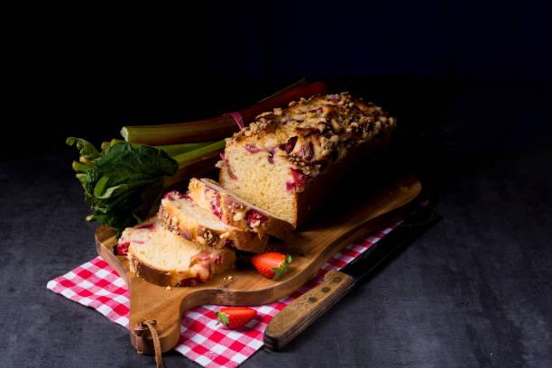 erdbeer-rhabarber-pie - crumble deutsch stock-fotos und bilder