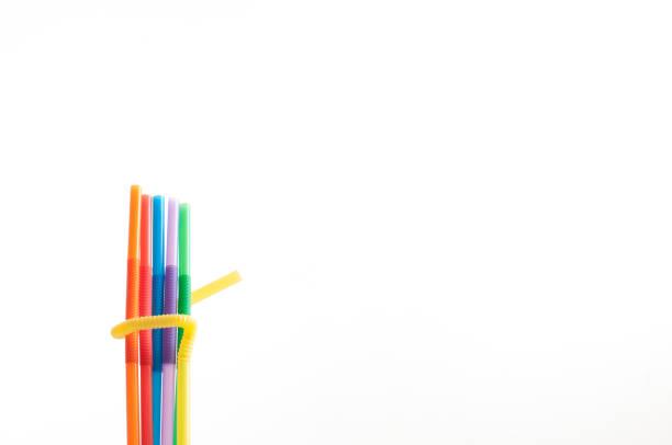 Palhas em cores LGBT do arco-íris no branco. - foto de acervo