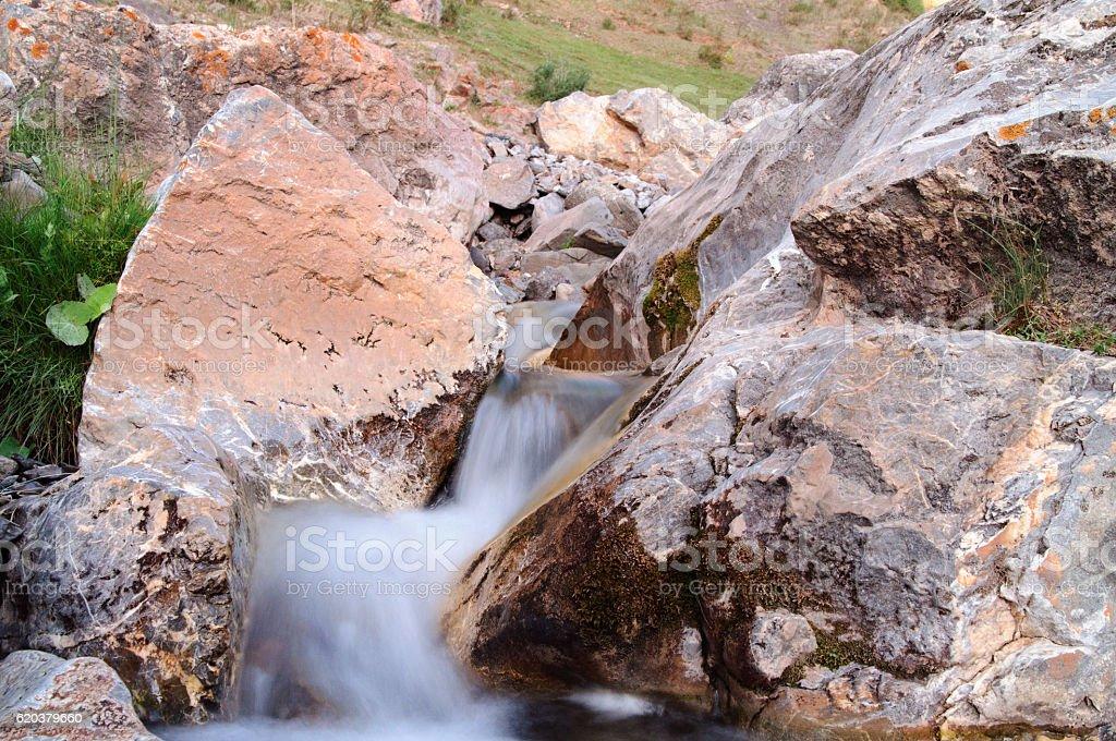 stream flowing between the rocks zbiór zdjęć royalty-free