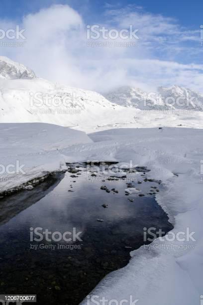 Stream Liro under the frozen lake Montespluga, Madesimo, Sondrio - Стоковые фото Без людей роялти-фри