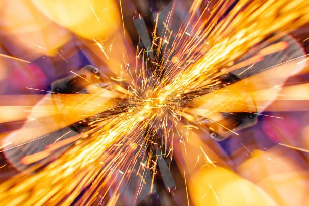 Metal kesmeden gelen parlak kıvılcım akışı stok fotoğrafı
