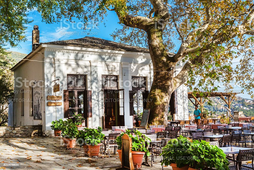 Street and cafe view at Makrinitsa village of Pelion, Greece foto de stock royalty-free