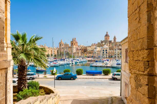 street and marina in senglea malta - 몰타 뉴스 사진 이미지