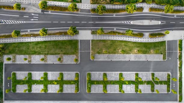 straße und parkplätze - luftbild - radwege deutschland stock-fotos und bilder