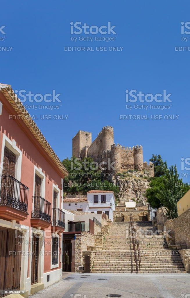 Rue et escalier menant au château de Almansa, Espagne - Photo