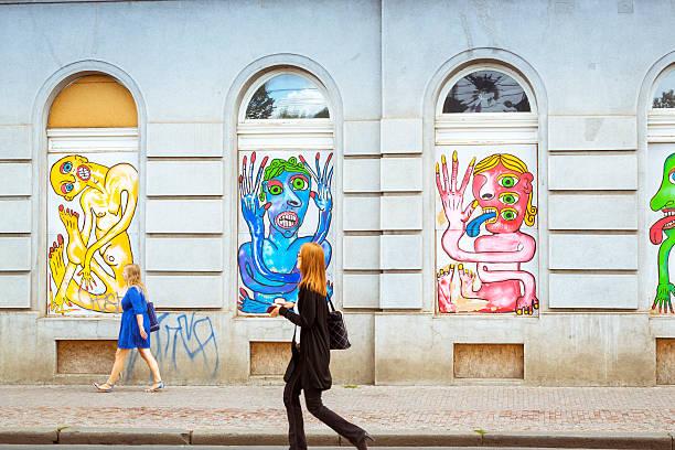 street-art-farbenfrohe bilder von freaks, monster, aliens - bild wandtreppe stock-fotos und bilder