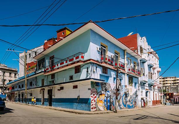 street art of havana - sprüche über reisen stock-fotos und bilder