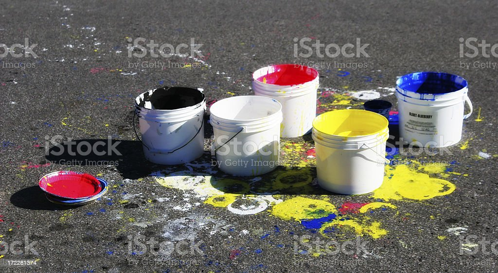 Artista de rua colorido Buckets - foto de acervo