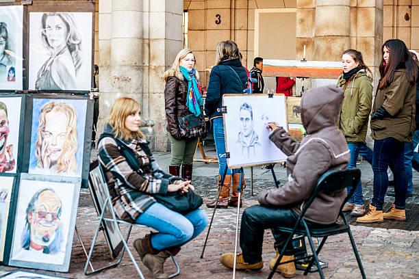 street artist drawing portrait, plaza mayor, madrid - 諷刺畫 個照片及圖片檔