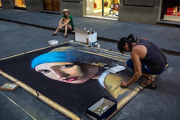 Artista callejero extracción de la joven de la perla - foto de stock