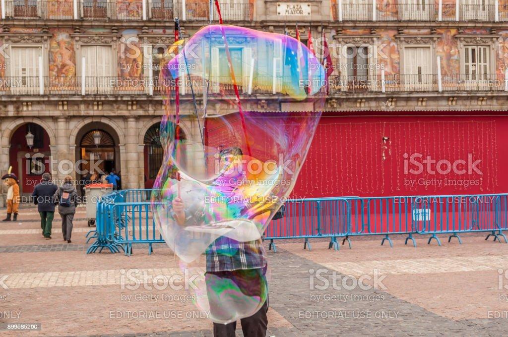 Especialista de artista callejera en la creación de burbujas de jabón coloridas - foto de stock