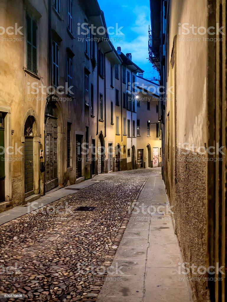 Street at night in Old Town of Bergamo foto de stock royalty-free