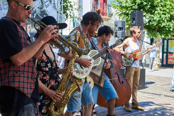Banda de la calle en una calle de Hondarribia. País Vasco, España. - foto de stock