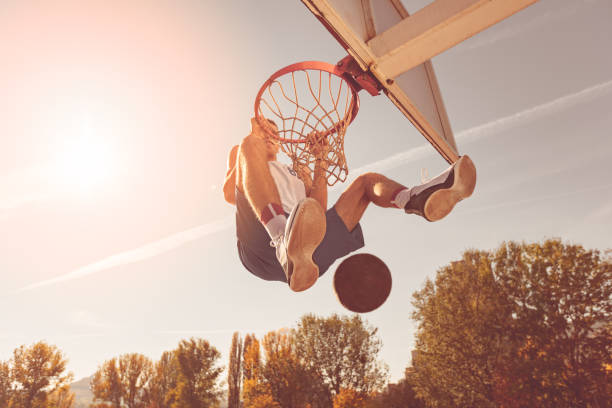 """street basketball-spieler der gewichthebeübung """"power slum dunk - spielabend snacks stock-fotos und bilder"""