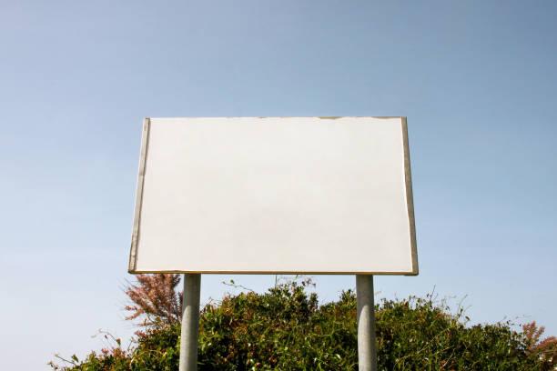 Exibição de publicidade em branco rua outdoor, tabela do anúncio. Agências de publicidade. Outdoor com espaço de cópia para a sua mensagem de texto ou simulação de publicidade ao ar livre, conteúdo acima, placa de informação pública. - foto de acervo
